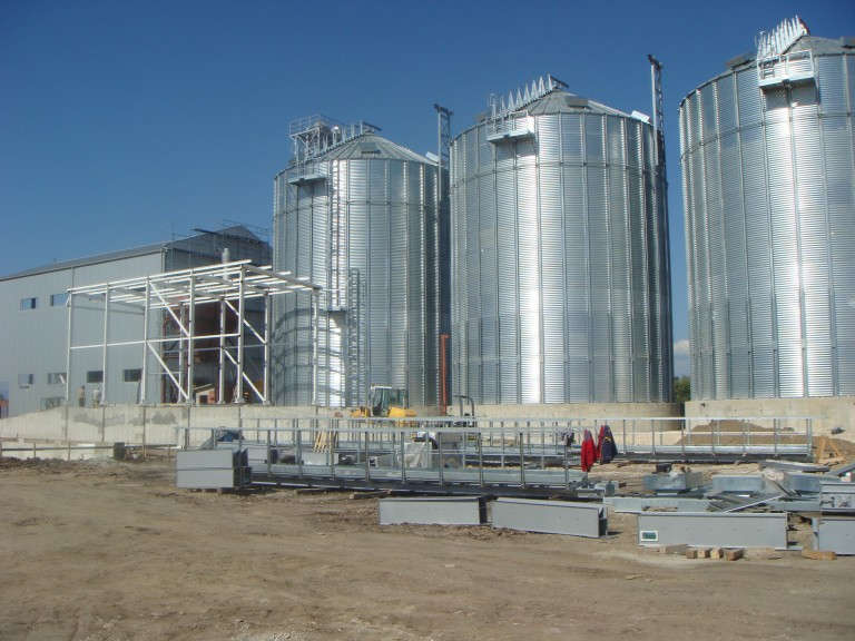 Silo facility and rice factory